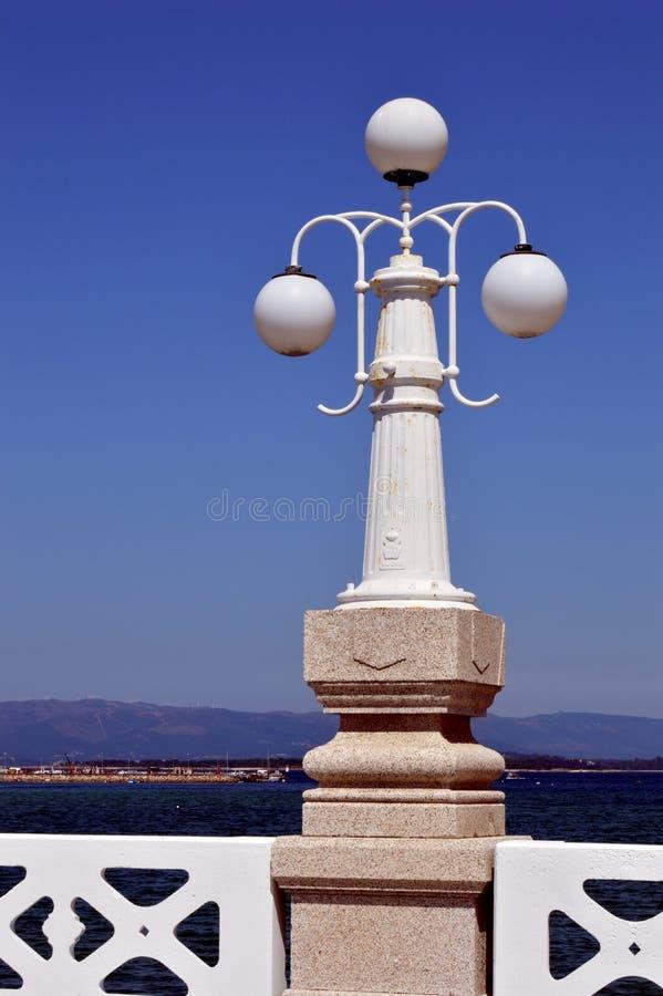 Laternenpfahl auf der Brücke von La Toja lizenzfreies stockfoto