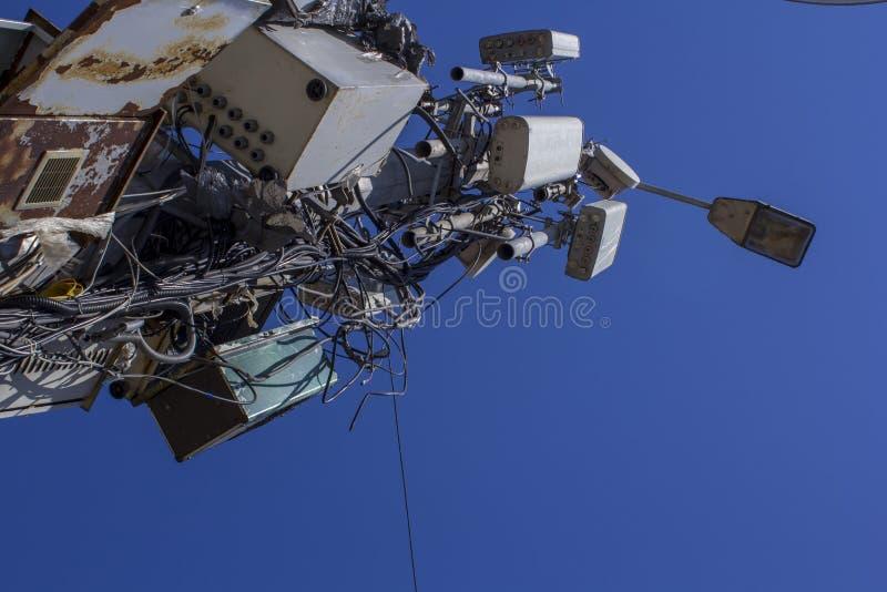 Laternenpfahl mit einem verwirrten Übertragungssystem Drahtgeschirre und Anschlusskästen Haus stockfotografie