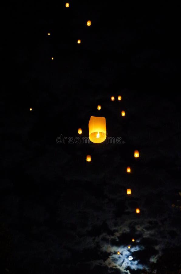 Laterns i księżyc w niebie zdjęcia royalty free