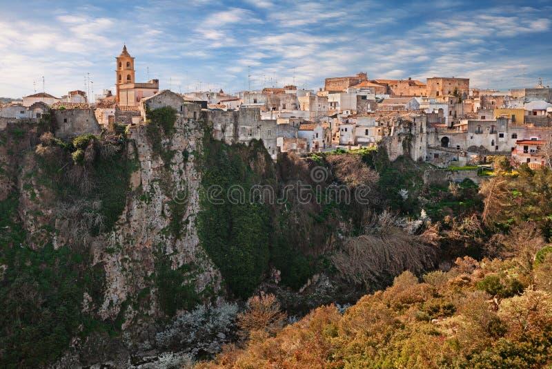 Laterza Taranto, Puglia, Italien: landskapet av staden över kanjonen i naturen parkerar Terradelle Gravine arkivbild