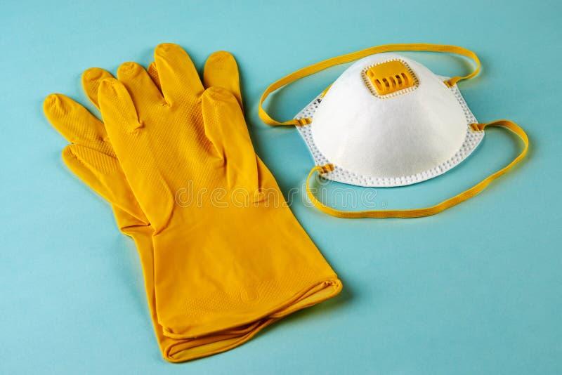 Latex-handskar och mask för kirurgiska ingrepp på blå bakgrund royaltyfria bilder