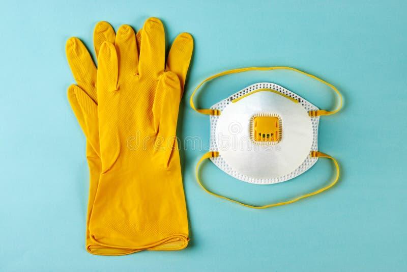 Latex-handskar och mask för kirurgiska ingrepp på blå bakgrund arkivfoto