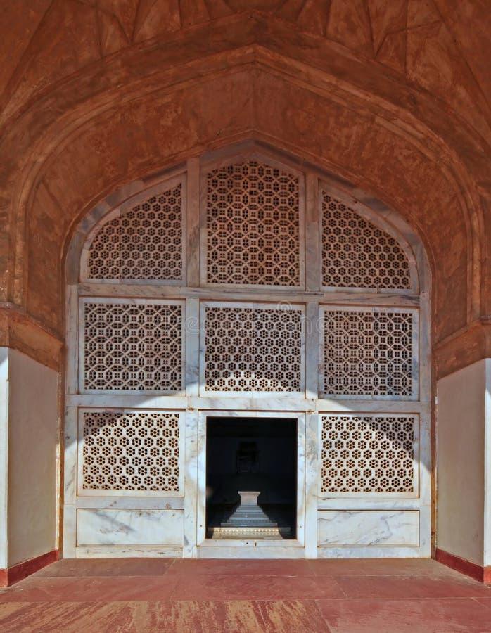 Latice de mármore e arco no túmulo de Akbar do imperador fotos de stock