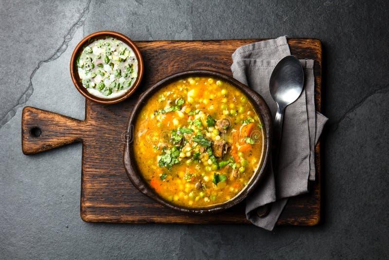 Latijns-Amerikaans Chileens voedsel Traditionele Chileense carbonara Gestoofd rundvlees met pompoen, aardappels en groenten in kl stock foto's
