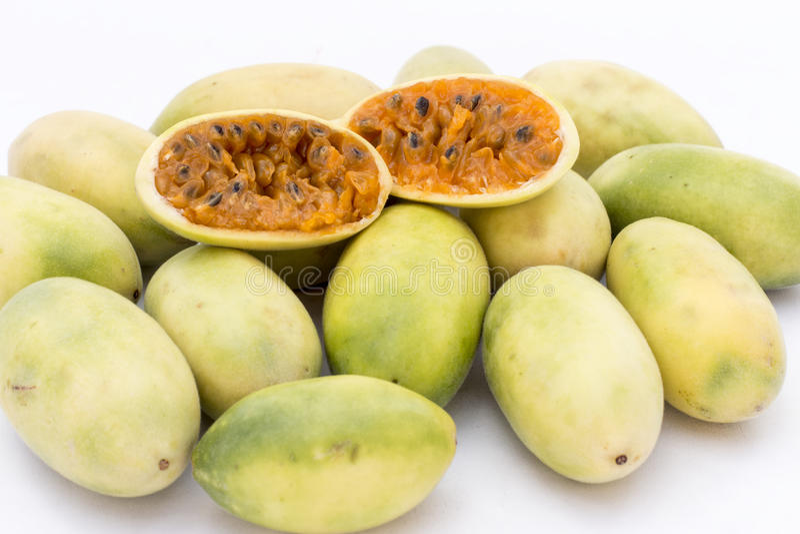 Latijns-Amerikaans fruit genoemd banaan passionfruit (lat Passiebloemtripartita) (in Spaanse meestal tumbo, curuba, taxo royalty-vrije stock afbeeldingen