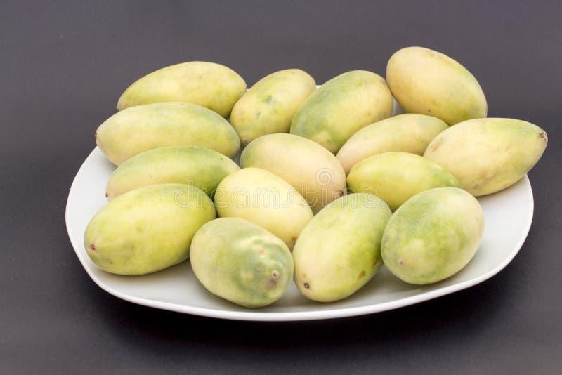 Latijns-Amerikaans fruit genoemd banaan passionfruit (lat Passiebloemtripartita) (in Spaanse meestal tumbo, curuba, taxo royalty-vrije stock foto's