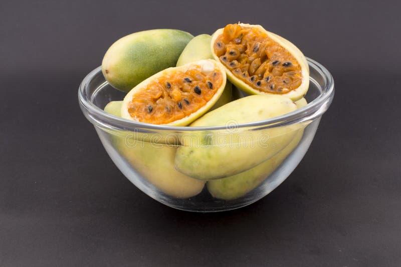 Latijns-Amerikaans fruit genoemd banaan passionfruit (lat Passiebloemtripartita) (in Spaanse meestal tumbo, curuba, taxo stock foto