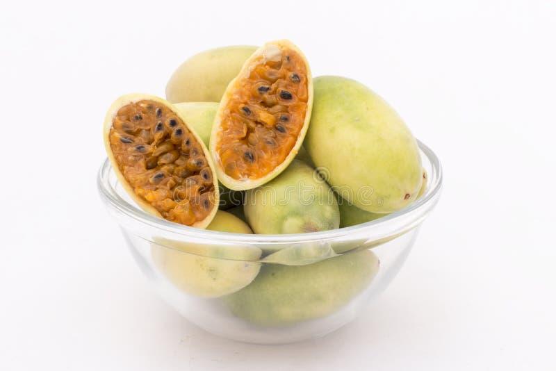Latijns-Amerikaans fruit genoemd banaan passionfruit (lat Passiebloemtripartita) (in Spaanse meestal tumbo, curuba, taxo stock afbeelding