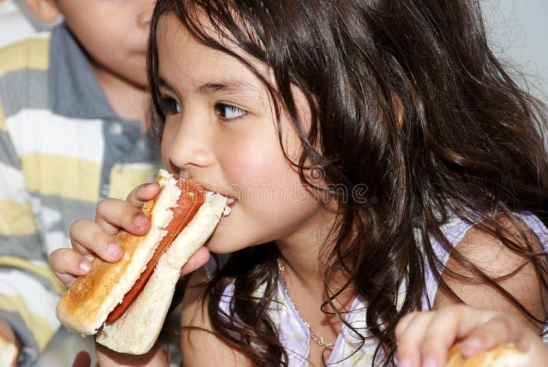 Latijns-Amerikaans meisje met brood stock fotografie