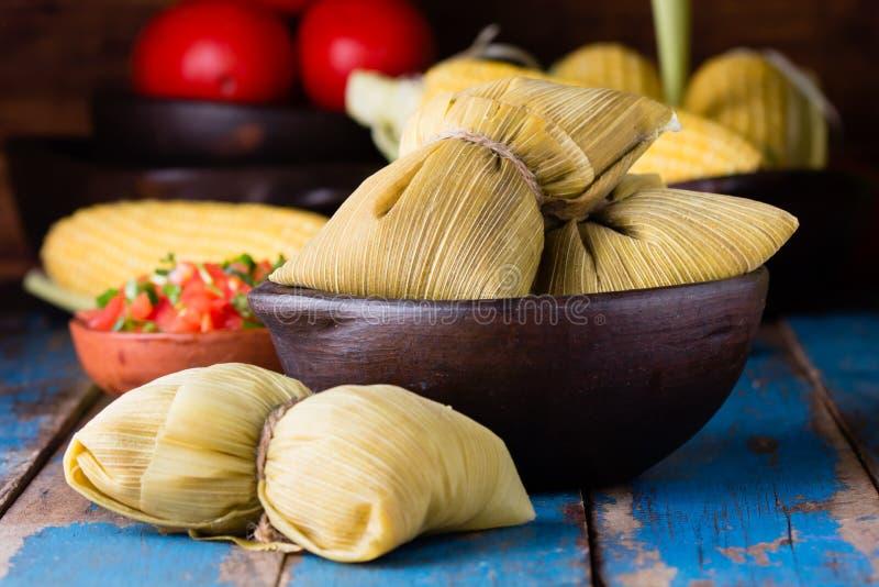 Latijns-Amerikaans voedsel Traditionele eigengemaakte humitas van graan stock foto's