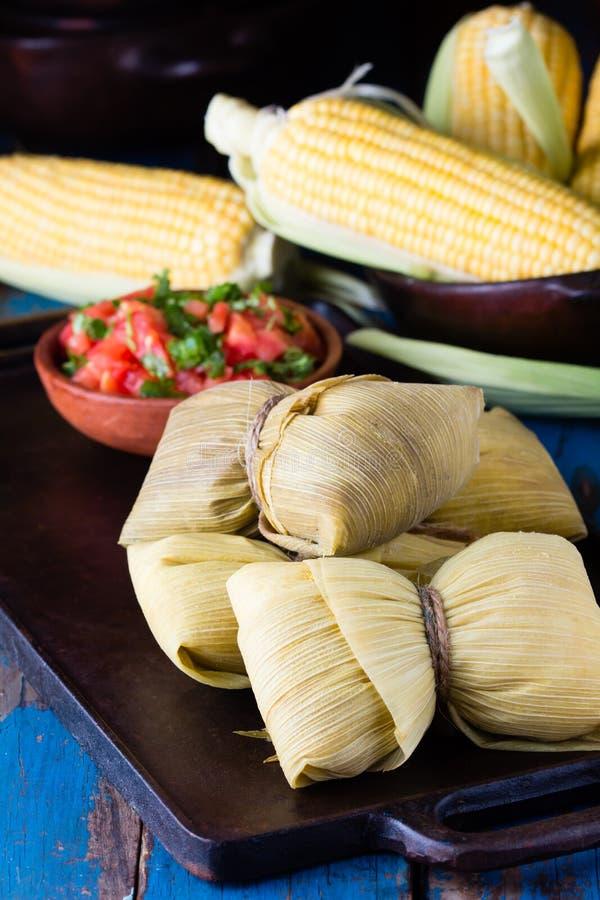 Latijns-Amerikaans voedsel Traditionele eigengemaakte humitas van graan stock afbeeldingen