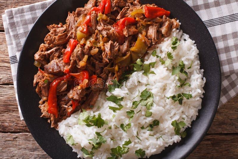 Latijns-Amerikaanse keuken: ropavieja met rijstclose-up stock afbeeldingen
