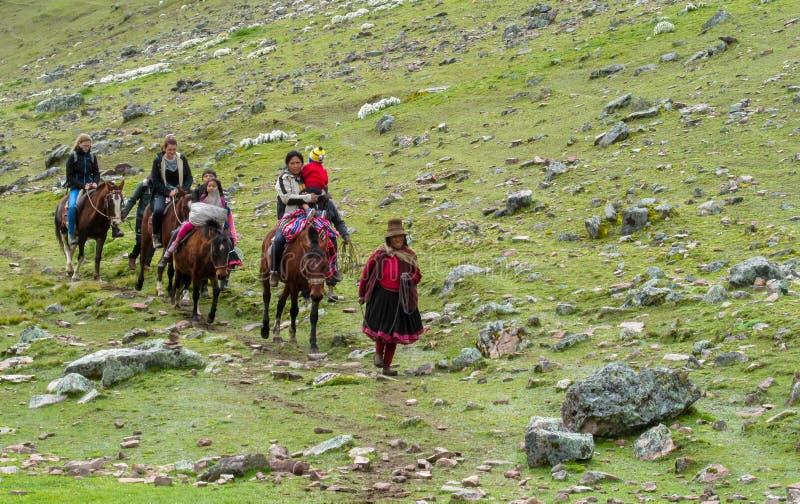 Latijns-Amerikaanse vrouwen in het dorp met paard royalty-vrije stock foto