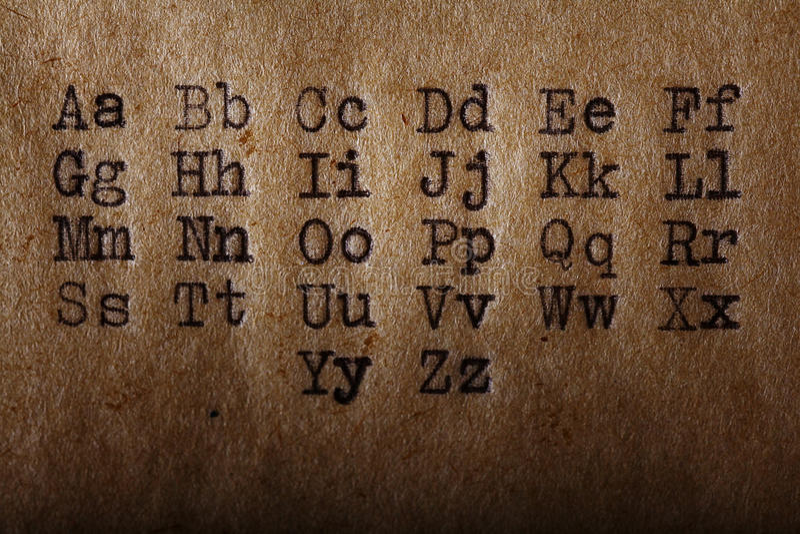 Latijns die alfabet, doopvont op uitstekende schrijfmachine wordt gedrukt stock foto