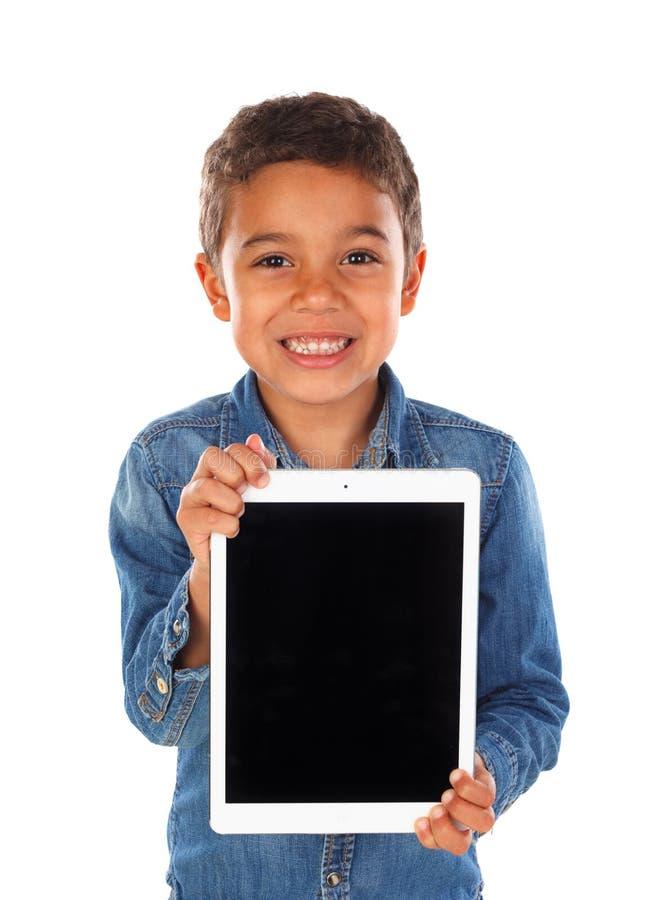 Latijns grappig kind met een tablet stock fotografie