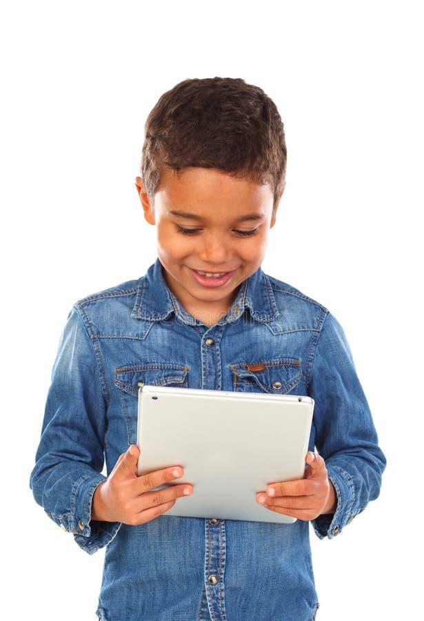 Latijns grappig kind met een tablet royalty-vrije stock foto