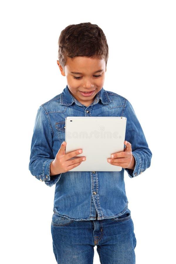 Latijns grappig kind met een tablet stock foto