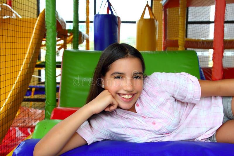 Latijns Indisch tienermeisje dat in speelplaats glimlacht stock afbeeldingen
