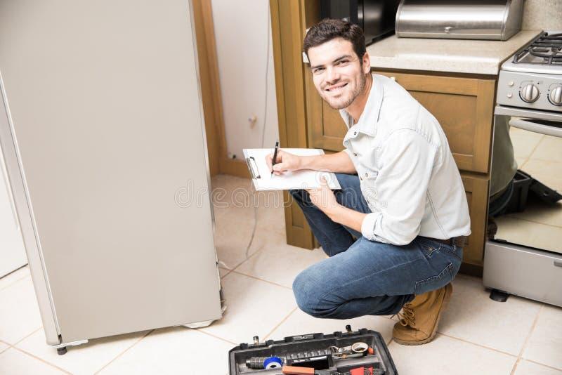 Latijns manusje van alles die een koelkast bevestigen stock foto
