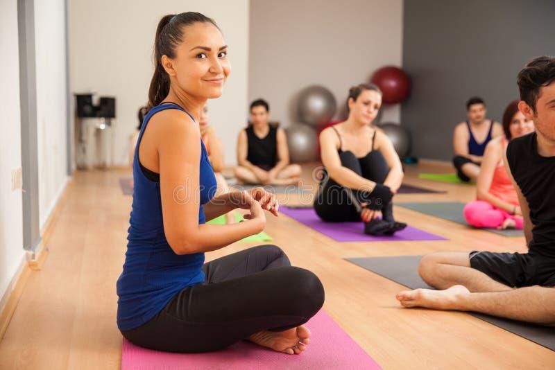 Latijns meisje in een yogaklasse royalty-vrije stock afbeelding