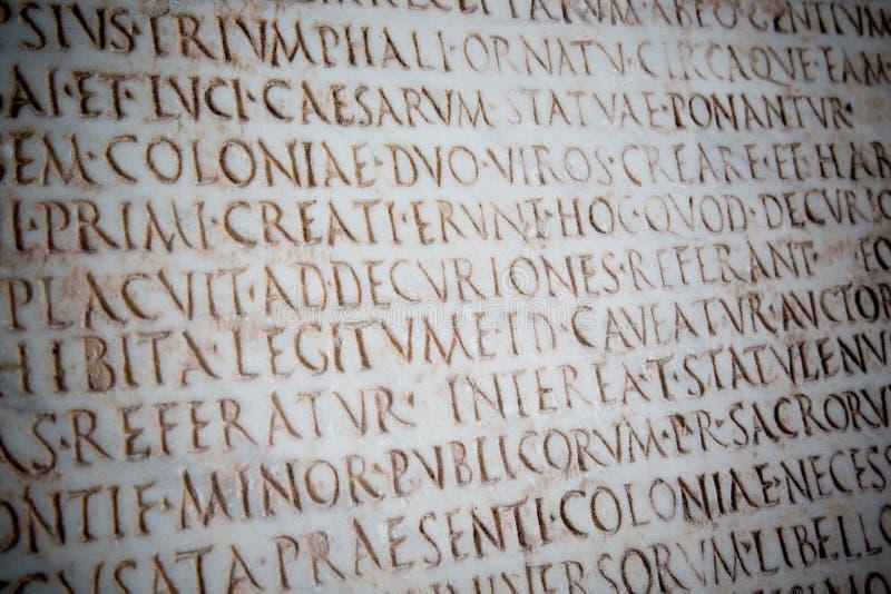 Latijnse die woorden op oude roman steen, Pisa worden gesneden royalty-vrije stock foto