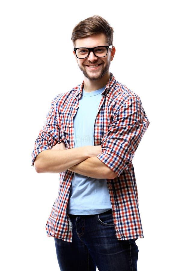 Latijnse hipsterkerel die glazen met zijn gekruiste wapens dragen en op witte achtergrond glimlachen royalty-vrije stock fotografie