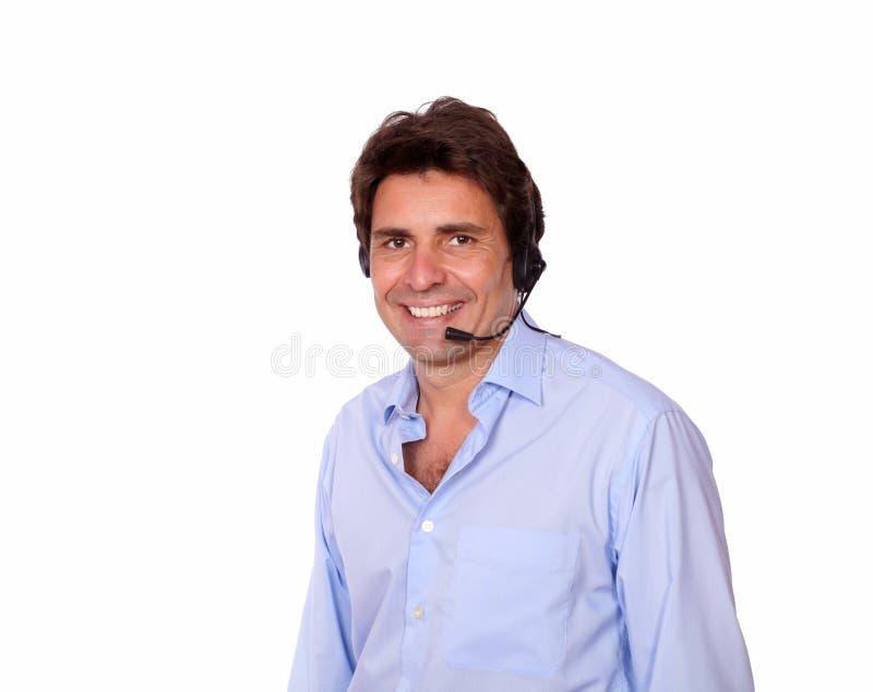 Latijnse mens die op hoofdtelefoons met microfoon spreken royalty-vrije stock fotografie
