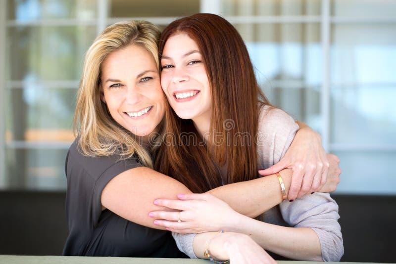 Latijnse moeder en tienerdochter royalty-vrije stock afbeelding