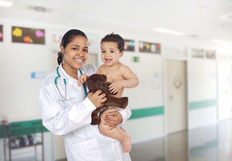 Latijnse pediater bij het ziekenhuis met een baby stock foto's