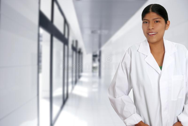 Latijnse Spaanse jonge artsenvrouw stock fotografie