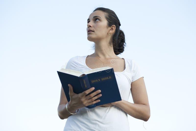 Download Latijnse Vrouw Met De Bijbel Stock Afbeelding - Afbeelding bestaande uit gras, summer: 29501939