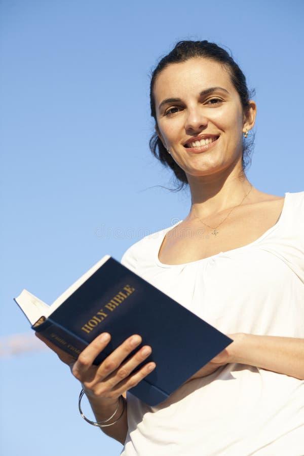 Download Latijnse Vrouw Met De Bijbel Stock Foto - Afbeelding bestaande uit sexy, godsdienst: 29501964