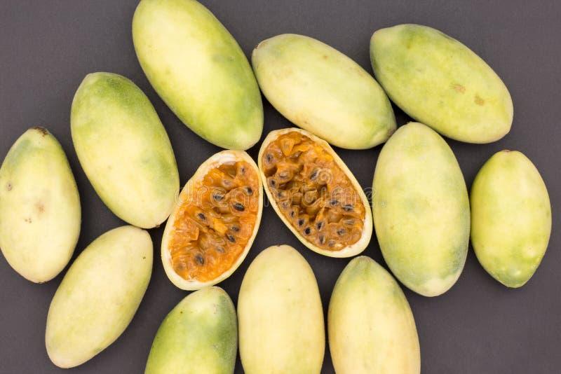 Latin - amerikansk frukt kallade bananpassionfruit (lat Passifloratripartita) (i tumboen för spanjor mestadels, curuba, taxo fotografering för bildbyråer