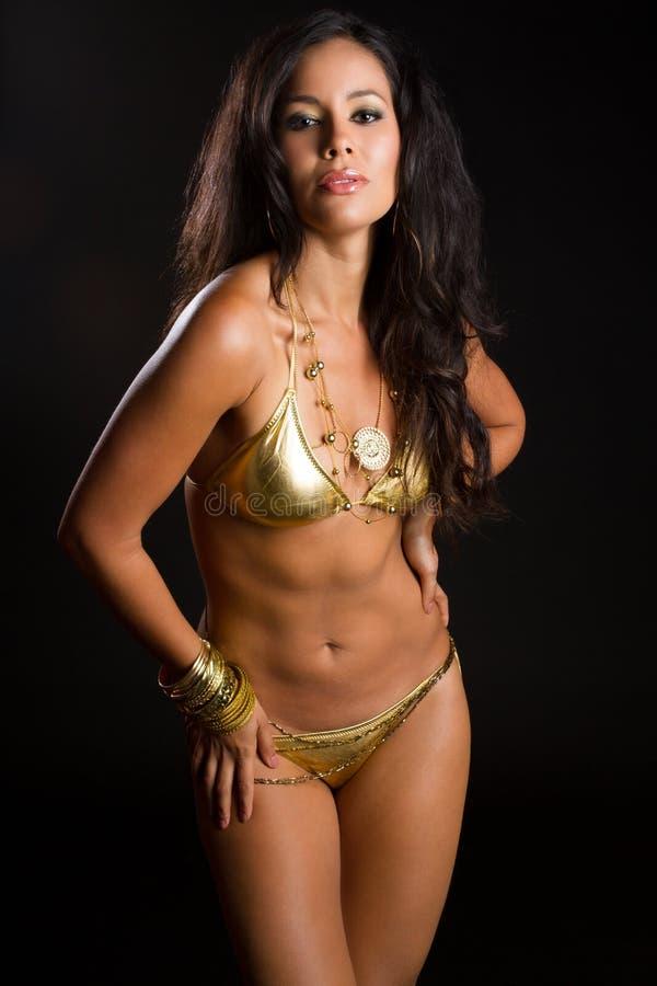 Latin - amerikansk kvinna i bikini arkivbilder