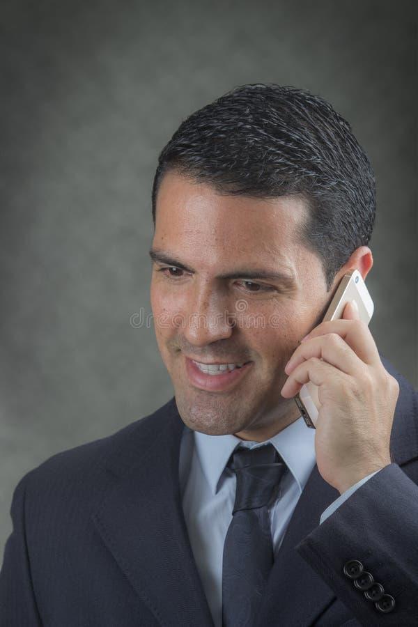 Latin masculin faisant un appel téléphonique photographie stock