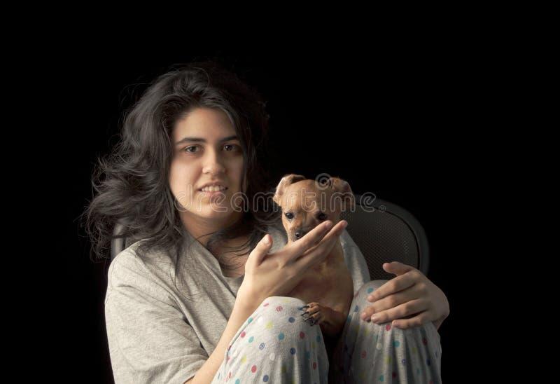 Latina adolescente com cão foto de stock royalty free