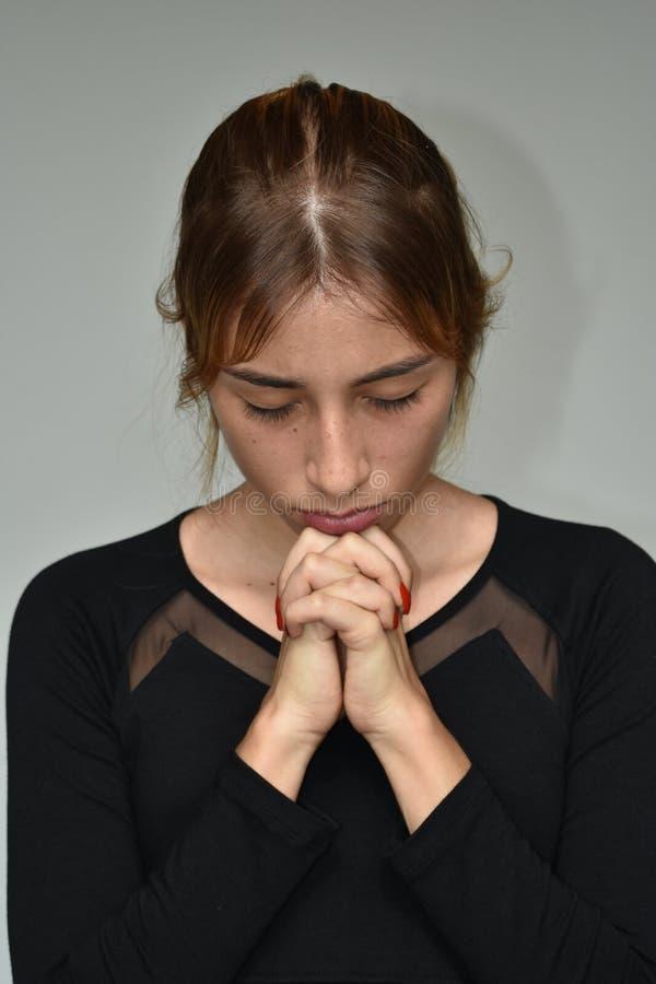 Latina dziewczyny nastolatek W modlitwie obraz stock
