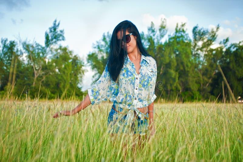 Latina-Frau mit Sonnenbrille lizenzfreie stockbilder