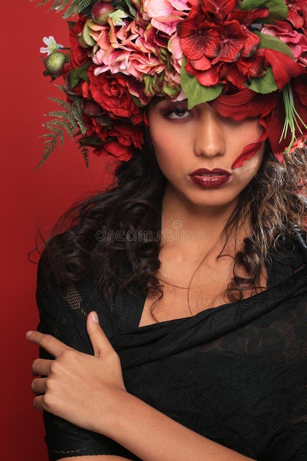 Latina kobieta Z Kwiecistym Headpiece na rewolucjonistce zdjęcia royalty free