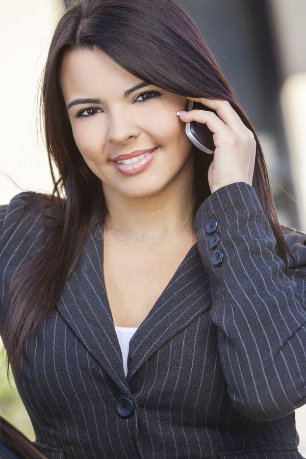 Latina Latynoska kobieta Opowiada Na telefonie komórkowym obrazy stock