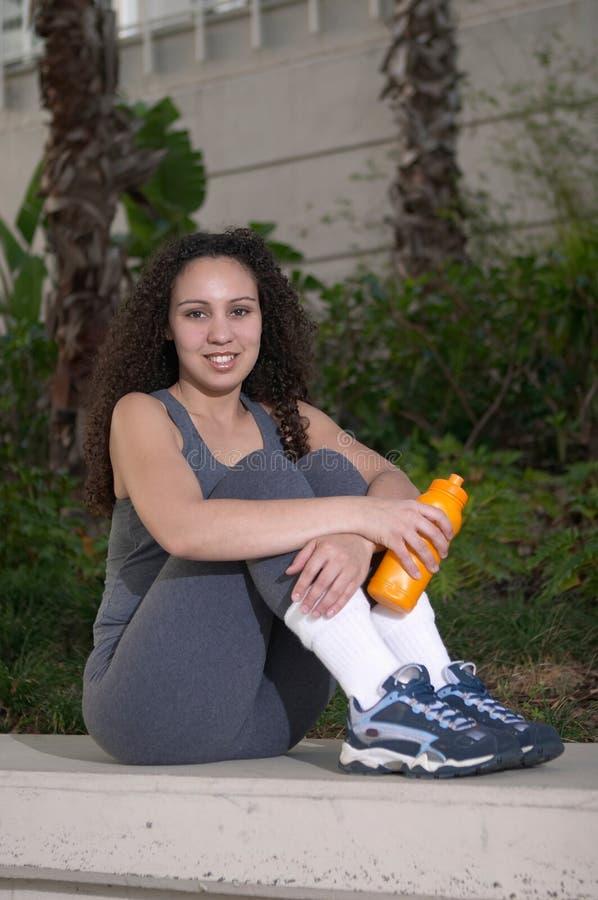 Latina mit Orange Sports Wasser-Flasche stockbilder
