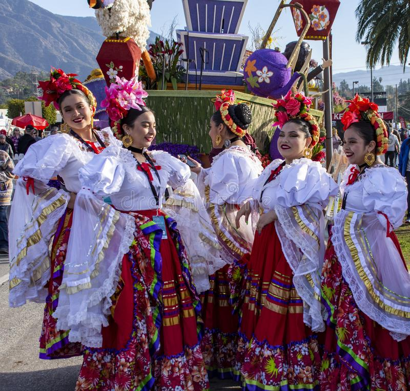 Latina Mulheres de vestido tradicional para a Rosa Parada imagens de stock