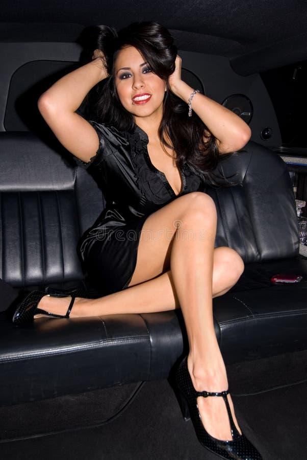 Latina sexy dans la limousine. photographie stock libre de droits