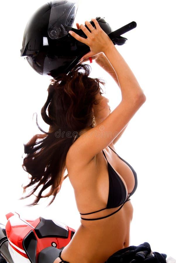 Latina 'sexy' no leme da motocicleta foto de stock