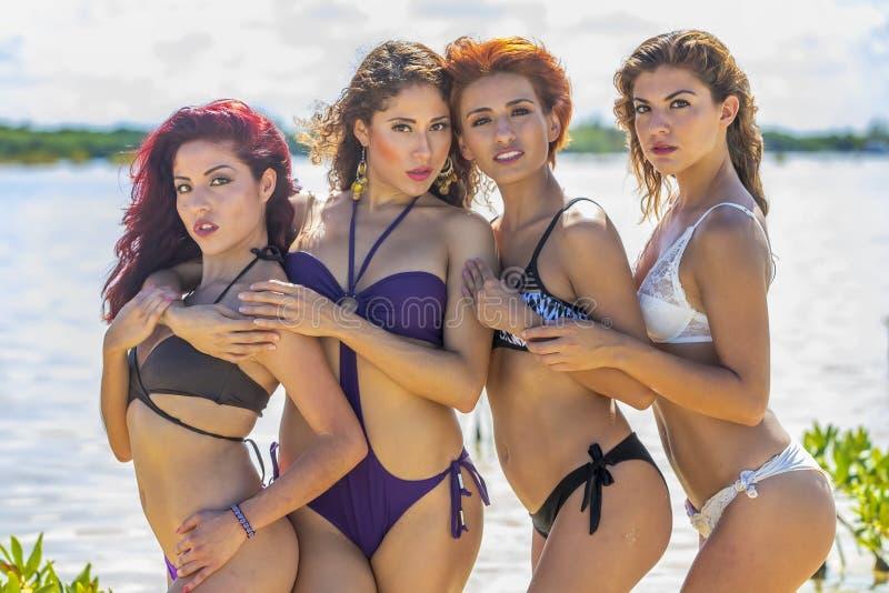 Latinamerikanmodeller på stranden royaltyfria bilder