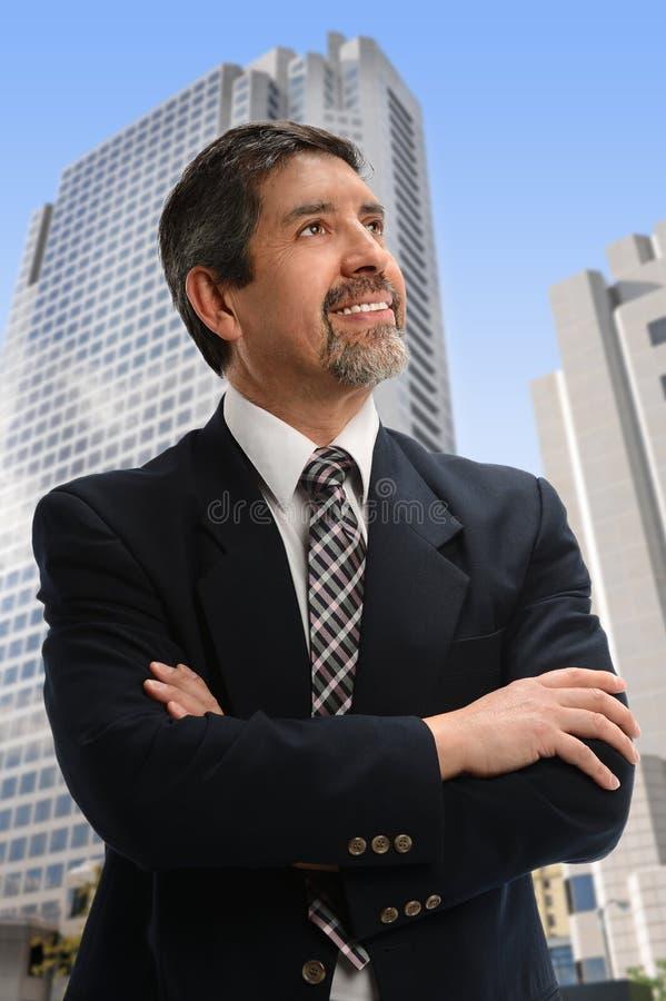 Latinamerikansk affärsman Looking Up royaltyfri fotografi