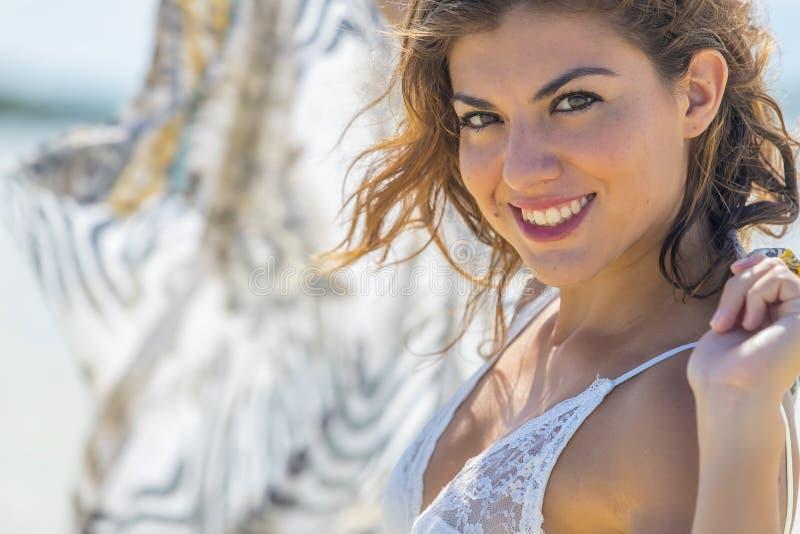 Latinamerikansk brunettmodell royaltyfri fotografi