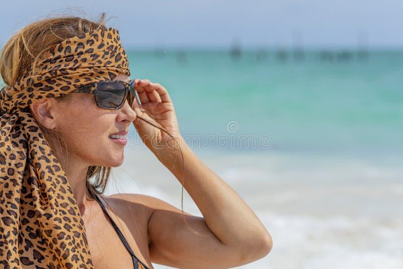 Latinamerikansk brunettmodell Enjoying för sexig damunderkläder en Sunny Day royaltyfria foton