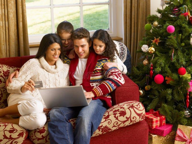 Latinamerikansk familj hemma på jul fotografering för bildbyråer