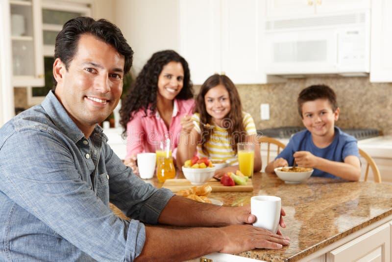 Latinamerikansk familj som äter frukosten arkivbild